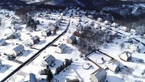 Inclinación delantera lenta encima de la opinión aérea del invierno de la vecindad de la correa del moho almacen de metraje de vídeo