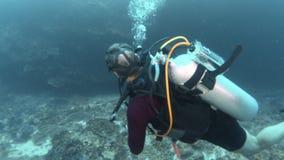 Inclinación encima del submarino del tiro de un buceador almacen de metraje de vídeo