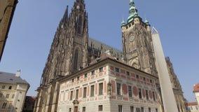 Inclinación fabulosa encima de la opinión sobre St Vitus Cathedral en el castillo de Praga en día soleado, monumento de la arquit almacen de metraje de vídeo