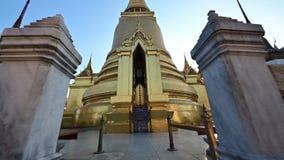 inclinación 4K encima de la vista de la pagoda de oro en el templo magnífico del palacio en Bangkok almacen de video
