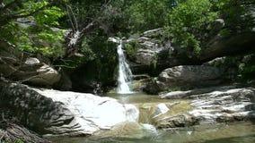 Inclinación a la cascada en Maries, Thassos Grecia almacen de video