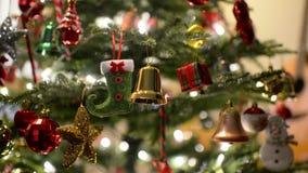 Inclinación para arriba de las luces y del bokeh del árbol de navidad almacen de metraje de vídeo
