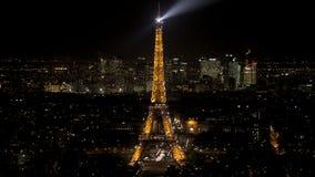 Inclinación para arriba en una defensa chispeante de la torre Eiffel y del la vista en la noche de una visión aérea metrajes