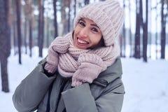 Inclinado modelo do smiley uma cabeça ao levantar na floresta invernal Fotografia de Stock