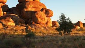 Inclinaison étroite des marbres du diable dans le territoire du nord au lever de soleil clips vidéos