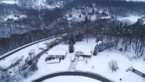 Inclinaison aérienne en avant vers le haut de vue de voisinage résidentiel d'hiver clips vidéos