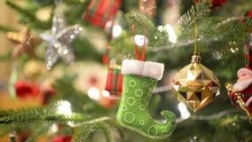 Inclinaison de décoration d'arbre de Noël banque de vidéos