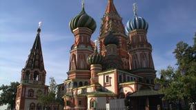 Inclinaison de la cathédrale de Basil de saint vers le bas un jour ensoleillé clips vidéos