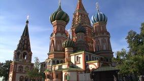Inclinaison de la cathédrale de Basil de saint vers le haut de vue large banque de vidéos