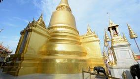 Inclinaison de la pagoda chez Wat Phra Kaew clips vidéos