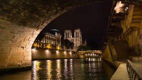 Inclinaison de lumière du jour de cathédrale d'église de Notre Dame de Paris et vidéo de casserole clips vidéos