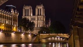 Inclinaison de lumière du jour de cathédrale d'église de Notre Dame de Paris et vidéo de casserole banque de vidéos