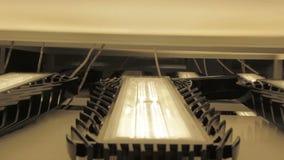 Inclinaison de mouvement d'appareil-photo de plan rapproché le long du support avec l'essai de lumière de LED banque de vidéos