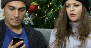 Inclinaison des couples caucasiens parlant du smartphone banque de vidéos