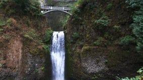 Inclinaison large de bas de l'étape inférieure des automnes de Multnomah à Portland banque de vidéos