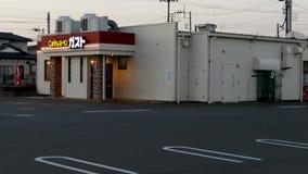 Inclinaison tirée à l'enthousiasme de café : la plus grande chaîne des restaurants de famille au Japon banque de vidéos