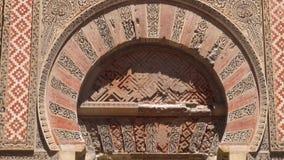 Inclinaison tirée de la porte et de la façade de la mosquée de Cordoue, Andalousie, Espagne banque de vidéos