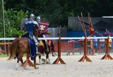 Inclinando cavaleiros Fotos de Stock Royalty Free