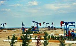 Inclination de tête des ânes dans le gisement de pétrole Image stock