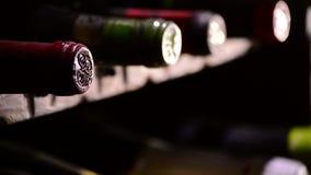 Inclinazione delle bottiglie di vino e di champagne in una cantina video d archivio