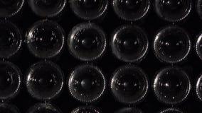 Inclinazione sulla parete delle bottiglie video d archivio