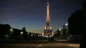 Incline abajo de la torre Eiffel en la noche con las luces chispeantes metrajes