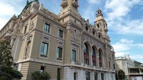 Incline abajo de un edificio hermoso de la ópera de Monte Carlo en primavera almacen de video