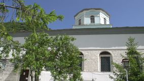 Incline de iglesia de la Virgen Santa a la fuente, Panagia, Thassos, Grecia almacen de metraje de vídeo