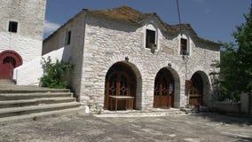 Incline de iglesia rosada de la flor en Theologos, Thassos, Grecia almacen de metraje de vídeo