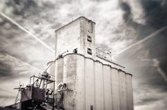 Incline a foto do deslocamento do silo de grão obsoleto velho da farinha, Mesa, o Arizona Imagens de Stock