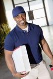 Incline a imagem de um homem de entrega afro-americano feliz que olha a câmera imagem de stock royalty free