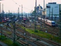 Incline a imagem do deslocamento dos trens que saem de uma estação de trem imagem de stock