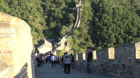 Incline a la gente que camina en la Gran Muralla, Gran Muralla de Mutianyu almacen de video