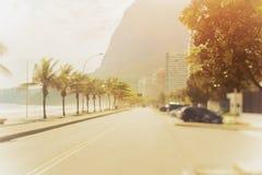 Incline o tiro do deslocamento da estrada e da praia no Rio Imagem de Stock