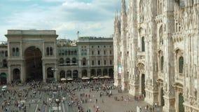 Incline o tiro dos povos que andam, tomando uma caminhada em Piazza Duomo, Milão, Itália vídeos de arquivo
