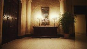 Incline para arriba de interior hermoso del hotel lujoso metrajes