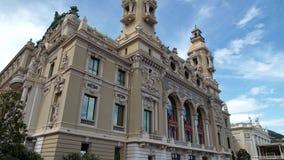 Incline para arriba de un edificio hermoso de la ópera de Monte Carlo en primavera metrajes
