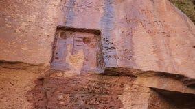 Incline para arriba para un petroglifo en rocas antiguas almacen de video