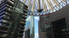 Incline para baixo do telhado em restaurantes e da fonte em Potsdamer Platz Sony Center filme