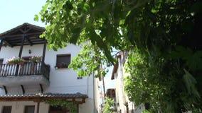 Incline a una calle en Theologos, Thassos, Grecia almacen de video