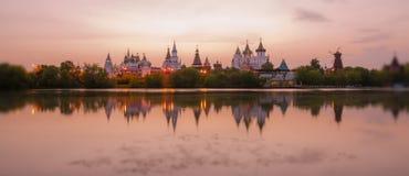 Incline y desplace la vista de la puesta del sol el Kremlin en el distrito de Izmailovo de Moscú imagen de archivo