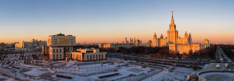 Incline y desplace la vista del campus de la puesta del sol de la universidad de Moscú imagenes de archivo