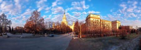 Incline y desplace la vista del campus de la puesta del sol de la universidad de Moscú en verano debajo del cielo nublado azul fotos de archivo