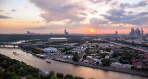 Incline y desplace la vista del panorama de la puesta del sol de Moscú con las nubes rosadas, los barcos que viajan y las reflexi imágenes de archivo libres de regalías