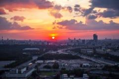 Incline y desplace la vista del panorama de la puesta del sol de Moscú con las nubes y el disco rojos del sol imagen de archivo