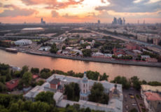 Incline y desplace la vista del panorama de Moscú de la puesta del sol imágenes de archivo libres de regalías