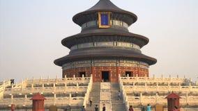Inclinez du temple du Ciel à la place avec des personnes dans Pékin clips vidéos