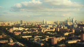 Inclinez le laps de temps de décalage du paysage urbain de soirée avec les gratte-ciel modernes clips vidéos