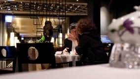 Inclinez le tir du billet de loterie sur le tableMotion des personnes dînant avec la famille à l'intérieur du restaurant chinois banque de vidéos