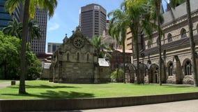 Inclini dai grattacieli moderni alla cattedrale di St Stephen a Brisbane archivi video
